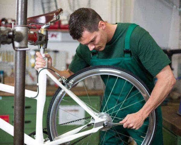 Estudiar mecánico experto en reparación de bicicletas