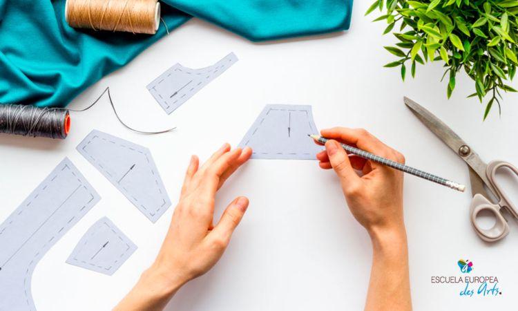 Ahora puedes aprender costura desde casa con las titulaciones de Escuela des Arts. Destacamos los másters que puedes encontrar en la escuela sobre diseño de moda y confección y te explicamos qué aprenderás en cada uno de ellos.