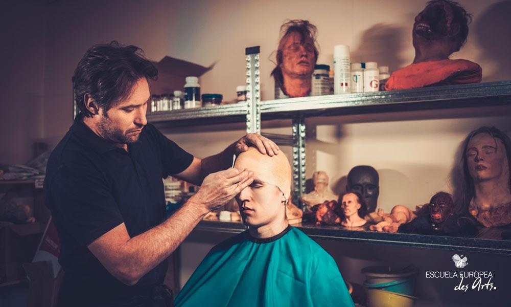 Para la caracterización de personales se utilizan diferentes materiales, como moldes, pelucas o plastilina.