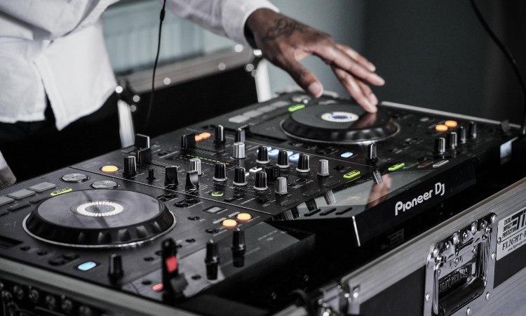 Si te preguntas cómo ser DJ en este post te explicamos qué pasos debes seguir para iniciar tu carrera profesional