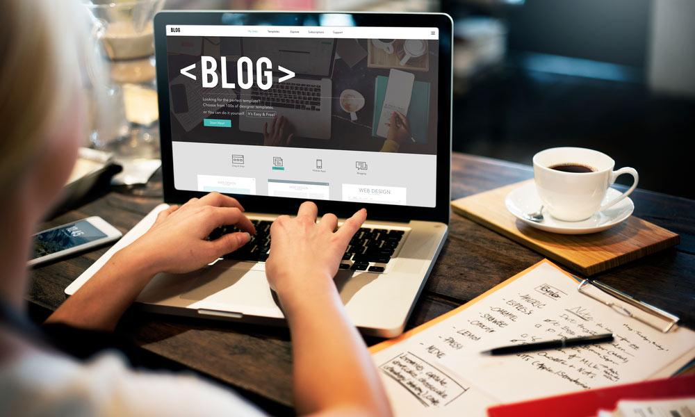 Una de las tareas del copywriter es escribir el blog de la web corporativa.