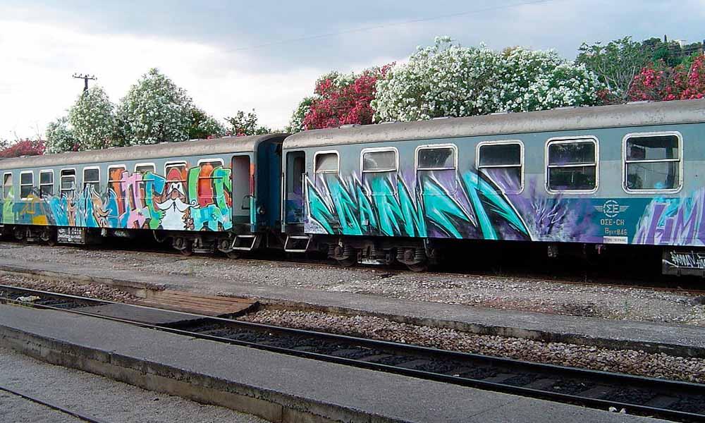 El grafiti ha sido estrechamente ligado a un acto vandálico ya que los grafiteros utilizaban los trenes como muros para pintar. Actualmente, a pesar de que el grafiti se ha extendido a pintar legalmente, se siguen pintando vagones de tren.