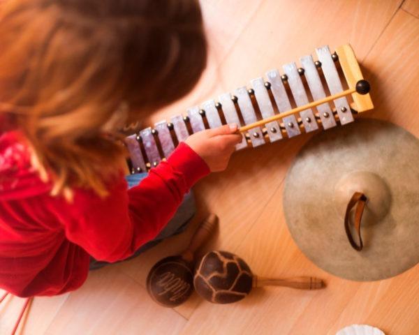 Descubre el Máster en Musicoterapia para ayudar a las personas con diferentes patologías.
