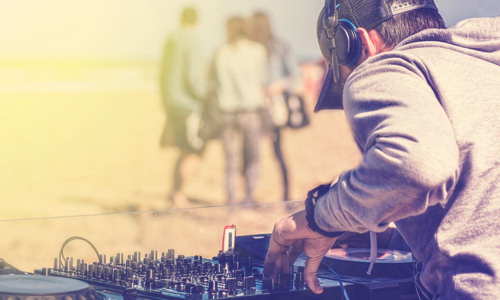 El DJ se encarga de amenizar eventos sociales. Para realizar buenas mezclas necesita una base musical completa.