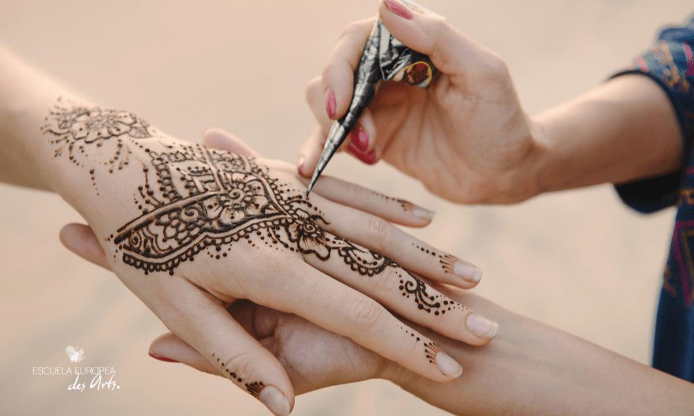 Descubre los tatuajes temporales y todo lo que debes tener en cuenta antes de hacerte uno en casa